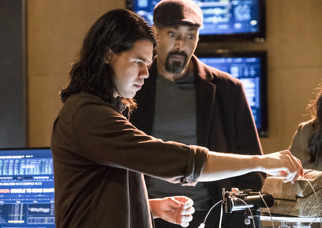 "The Flash -- ""The Wrath of Savitar"" --FLA315b_0131b.jpg -- Pictured (L-R): Carlos Valdes as Cisco Ramon and Jesse L. Martin as Detective Joe West -- Photo: Katie Yu/The CW -- © 2017 The CW Network, LLC. All rights reserved."