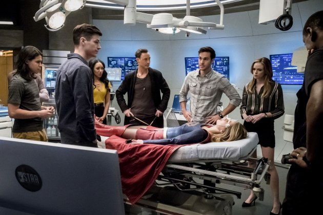 """The Flash -- """"Duet"""" -- FLA317a_0178b.jpg -- Pictured (L-R): Carlos Valdes as Cisco Ramon, Grant Gustin as Barry Allen, Candice Patton as Iris West, Tom Cavanagh as Harrison Wells, Chris Wood as Mike, Melissa Benoist as Kara/Supergirl, Danielle Panabaker as Caitlin Snow, and David Harewood as Hank Henshaw -- Photo: Katie Yu/The CW -- © 2017 The CW Network, LLC. All rights reserved."""