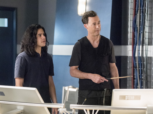 """The Flash -- """"Infantino Street"""" -- FLA322a_0154b.jpg -- Pictured (L-R): Carlos Valdes as Cisco Ramon and Tom Cavanagh as Harrison Wells  -- Photo: Dean Buscher /The CW -- © 2017 The CW Network, LLC. All rights reserved."""
