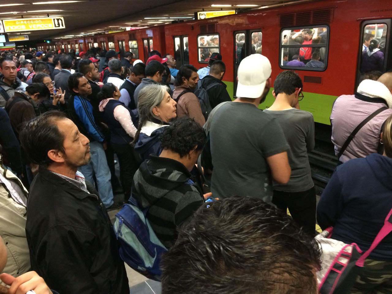 Mujer recibe pedrada en el Metro