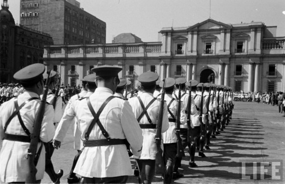Enterreno - Fotos históricas de chile - fotos antiguas de Chile - Cambio de Guardia frente al Palacio La Moneda en el año 1950