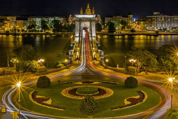 The Chain Bridge, which crosses the Danube, connecting Buda and Pest. Image credit: Bergadder