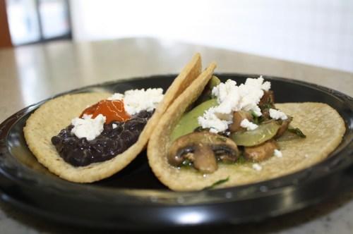 Para chuparse los dedos, frijoles negros y champiñones con cilantro (Foto Agustín Durán/El Pasajero)