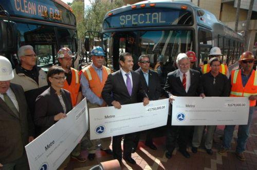 Los funcionarios del transporte público muestran los cheques que FTA entregó hoy a Metro. De derecha izquierda, Theresa McMillan subdirectora de FTA, el Alcalde de Los Angeles Antonio VIllaraigosa y Art Leahy, Presidente Ejecutivo de Metro. (Foto José Ubaldo/El Pasajero).