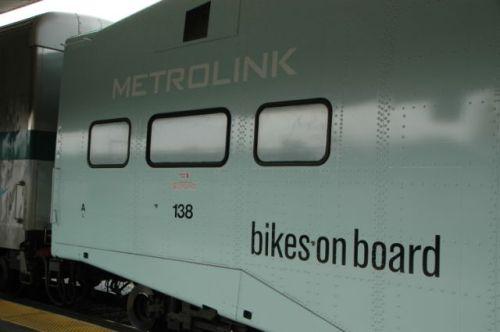 Exterior de uno de los vagones de Metrolink con los señalamiento para llevar abordo del tren bicicletas. (Foto José Ubaldo/El Pasajero).