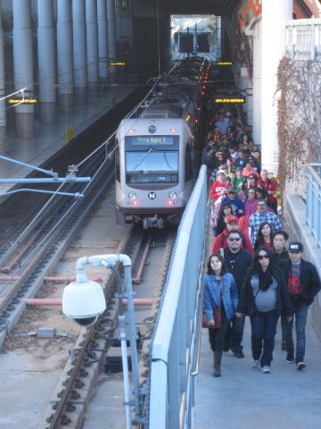 Lunes por la mañana y los asistentes a las celebraciones llegan a la estación Memorial Park temprano.