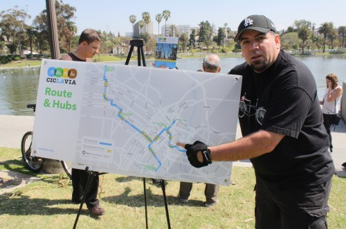 Eric Alcaraz solicita voluntarios para CicLAvía. (Foto Agustín Durán/El Pasajero).