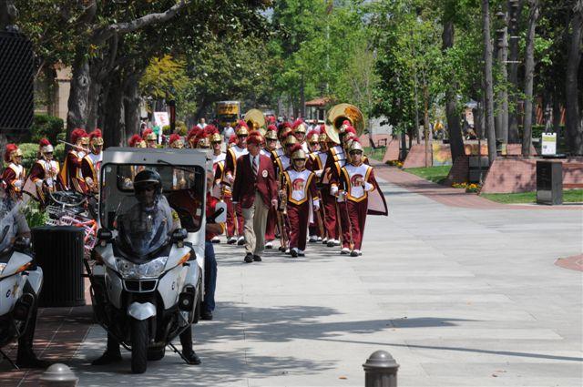 La banda de la Universidad del Sur de California dio la bienvenida a los dignatarios.