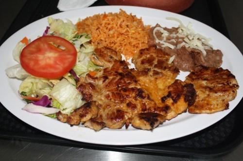 Los platillos como el pollo asado también son de muy buen sabor y a un precio al alcance de todos los bolsillos. (Foto Agustín Durán/El Pasajero)