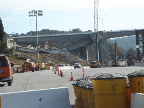 La parte este del puente se cayó en forma sorprendente y eso causó una demora de una par de hora mientras se decidia como continuar la demolición.