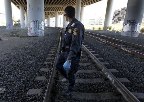 El agente Brandon Hensel, del Departamento del Sheriff de San Mateo vigila a lo largo de las vías de Caltrain debajo de la carretera Interestatal 280 en San Francisco. Foto de Paul Chinn, cortesía de The Chronicle/S.F.)
