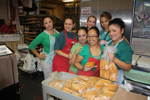 """""""Aquí están sus tamales"""", parecen decir las trabajadoras que lo atenderán y recibirán con una sonrisa en la Panadería La Mascota. (Foto de Agustín Durán/El Pasajero)."""