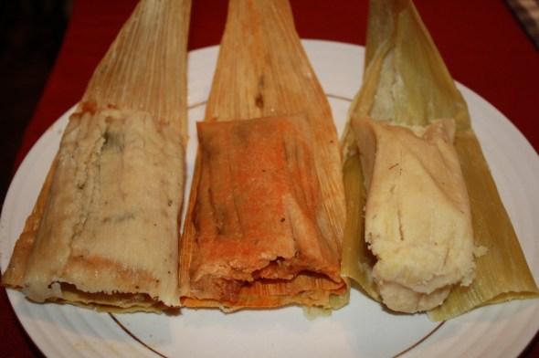 Tamales de rajas con queso, de chile rojo rellenos de puerco o de res y los de dulce de piña con pasas son de los favoritos. (Foto de Agustín Durán/El Pasajero).