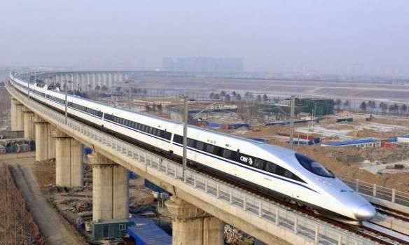 El tren bala pasa sobre el Puente Yongdinghe en Beijing el miércoles. El tren viaja 1,428 millas (2,298 km), desde la capital, en el norte del país, hasta Guangzhou, un centro económico en la delta del Pearl River, en el sur de China. (Jiao Hongtao/Xinhua).