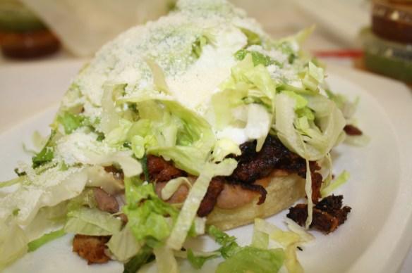 Otro de los antojitos más vistosos y solicitados son  los sopes, que simplemente se preparan con frijoles, carne al gusto, lechuga, crema, queso y salsa. (Foto de Agustín Durán/El Pasajero).