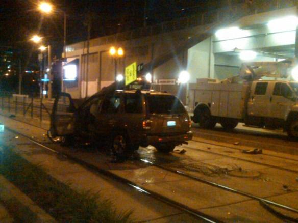 Como quedó la camioneta tipo SUV que viaja en sentido contrario por la calle Flower. (Foto Metro)