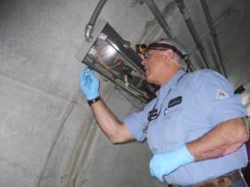 Un trabajador reemplaza una de las lámparas.