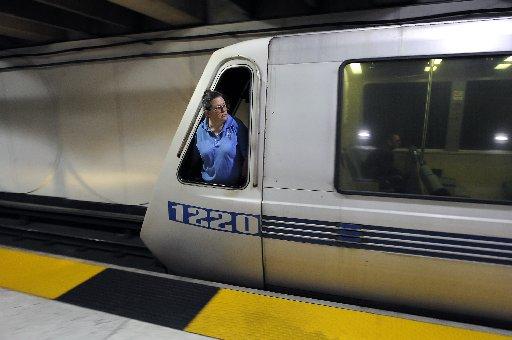 Una conductora mira por la ventana del tren en la estación Embarcadero. Foto: Chronicle/Michael Short.