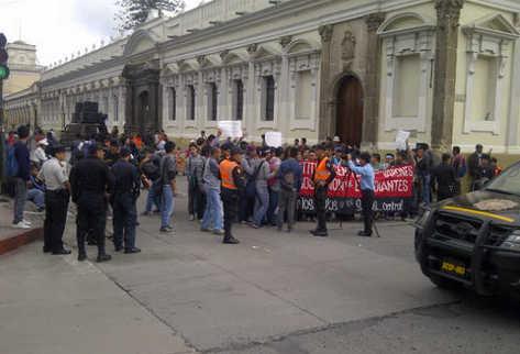 Bloqueo en el centro de Guatemala. Foto: Alex Rojas/La Prensa.