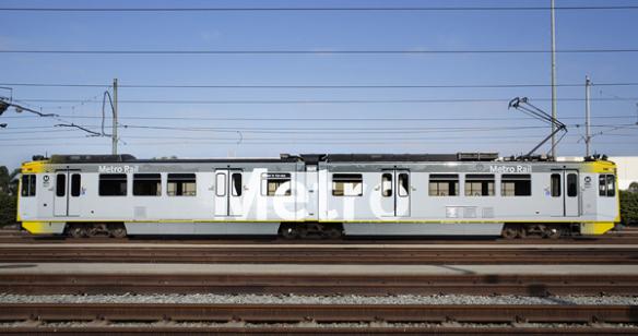 Vista lateral del tren con el nuevo diseño de Metro.