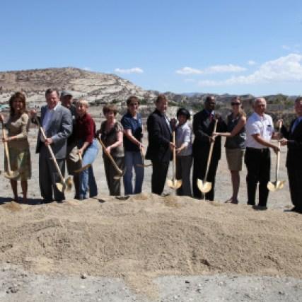 El alcalde de Santa Clarita, Bob Kellar, con otros funcionarios, en la ceremonia de inicio de las obras. Foto: cortesía de la ciudad de Santa Clarita.