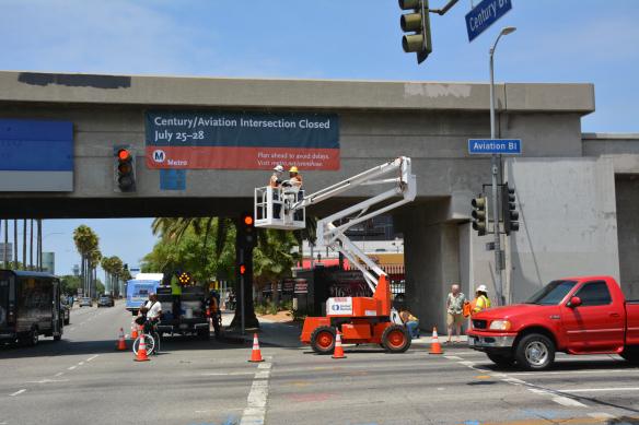 Los trabajadores colocaron un letrero en el viejo puente de Century Boulevard para informar sobre la próxima demolición de esa estructura. Foto: José Ubaldo/Metro.