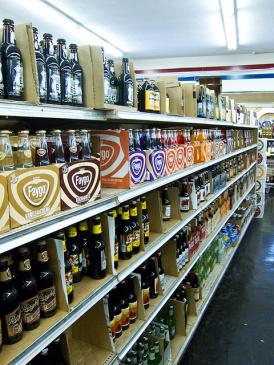 Estante con botellas de refrescos exóticos en la tienda Galco.