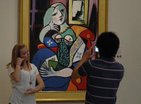 Visitantes toman fotos a una obra de Pablo Picasso.