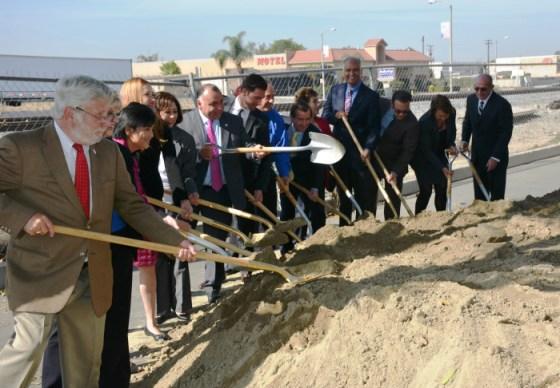 Funcionarios y representantes locales dan inicio oficial a las obras.