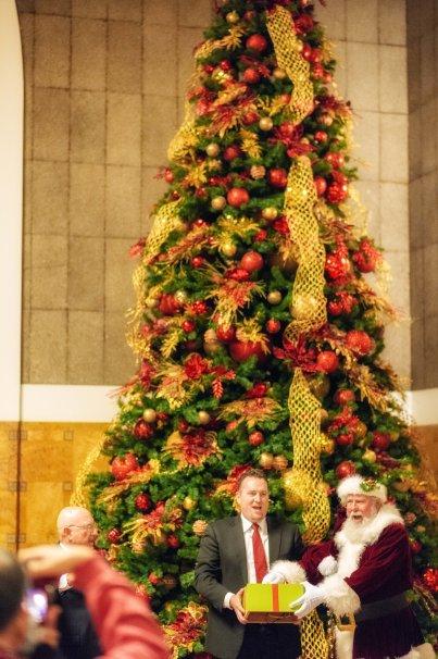 Santa ayudó a iluminar el árbol. Fotos: Steve Hymon/Metro.