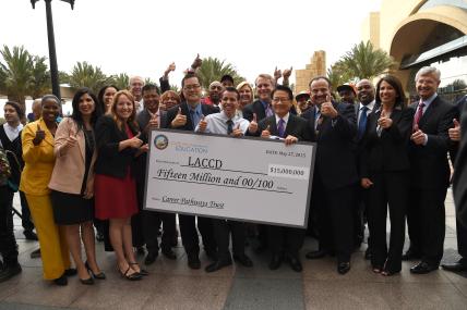 Representantes de LACCD reciben el cheque por $15 millones para preparar a estudiantes en diversas carreras sostenibles. Foto: Luis Inzunza/Metro.