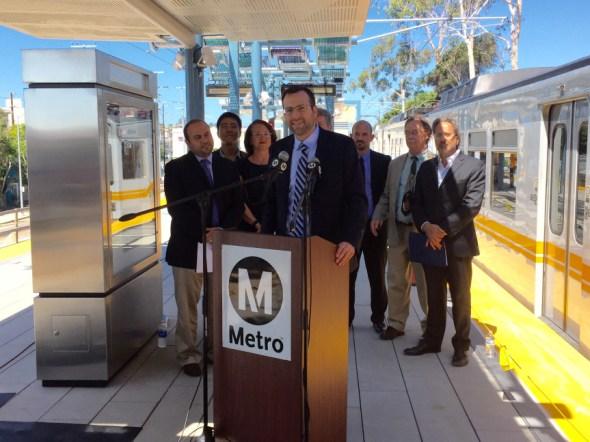 El senador estatal Ben Allen durante la conferencia de hoy. Foto: David Sotero/Metro.