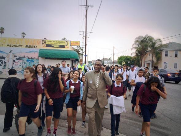 El concejal Price durante una caminata hacia una escuela.
