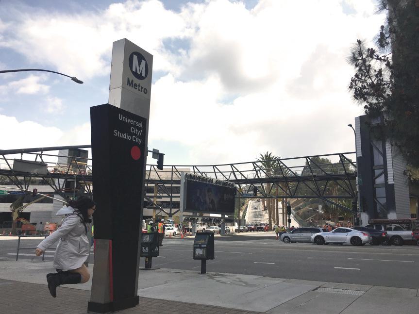 La estación de Metro Universal Studios y el nuevo puente peatonal