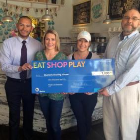 De izquierda a derecha, Metro, la ganadora Brianna Barlett de Milk Jar Cookies y representante del Proyecto de la Línea Púrpura al Oeste.