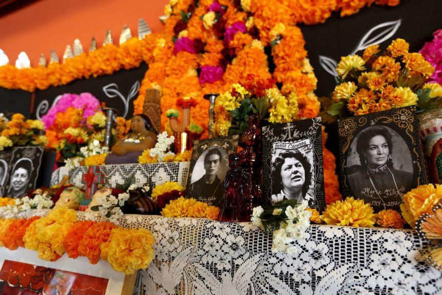 Algunas de las mujeres a las que Esparza eligió para rendir homenaje en su altar incluyen a Frida Kahlo, María Félix