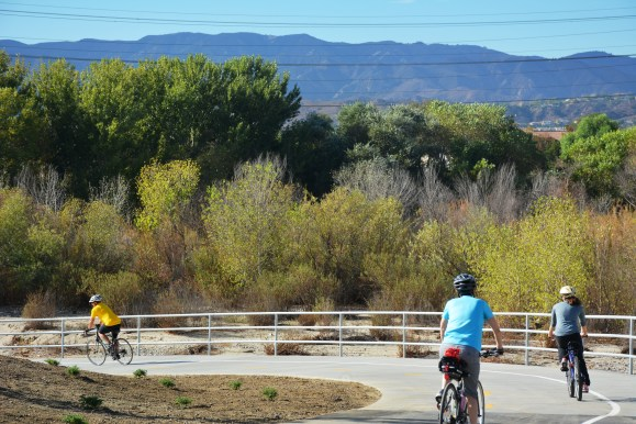 The new bike path connects the east and west portions of the Santa Clara River Trail, making for a smoother, safer ride. Also note dedicated sidewalk for pedestrians. Photos by Joe Lemon/Metro.