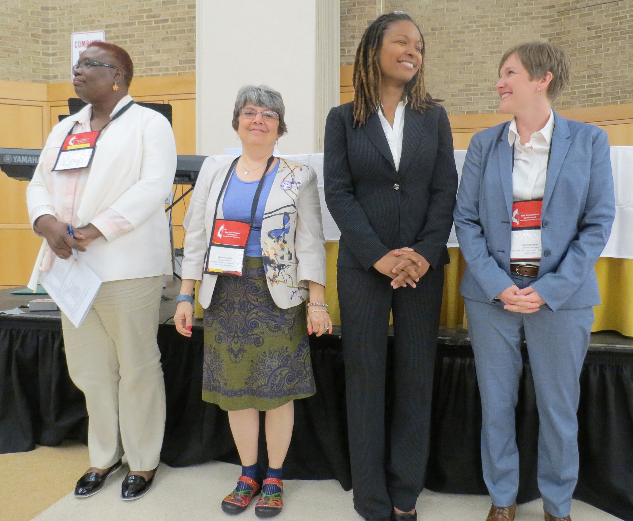 Elyse Ambrosio, segundo desde la derecha, y Lea Matthews, más a la derecha, se encontraban entre el grupo aprobado como diáconos provisional por la Conferencia de Nueva York. Foto por Joanne Utley