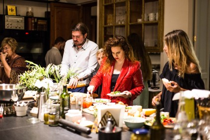 El director de orquestra Daniel Mulet con su pareja Mercedes Fuentes, y la diseñadora Muriel Malchus disfrutando del buffet preparado por Alix y Sebastian en la cocina de la mansion.