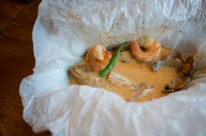 Papillote de corvina y gamba con patata, setas y verduras con toque thai