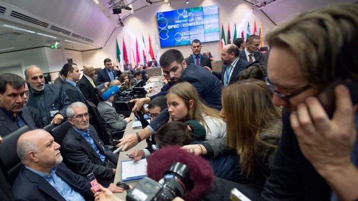 La OPEP y sus aliados han estado reduciendo la producción de petróleo para controlar el precio, pero recortes inesperados en Venezuela e Irán han llevado a un recorte excesivo (AFP)