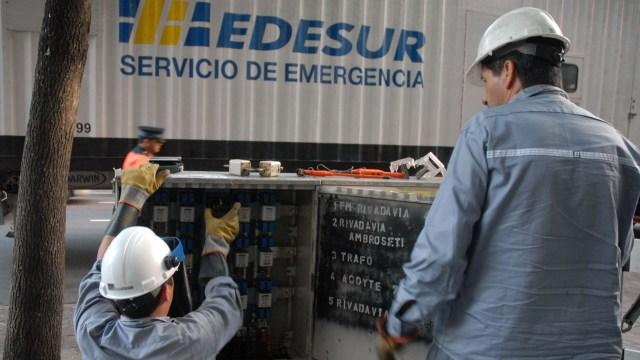 Una cuadrilla de servicio de emergencia de Edesur
