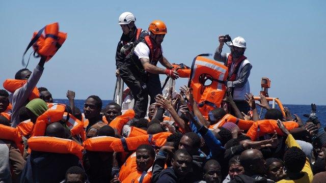 Más de cinco mil inmigrantes fueron rescatados el jueves en 46 operaciones simultáneas a cargo de la Guardia Costera italiana (AP)