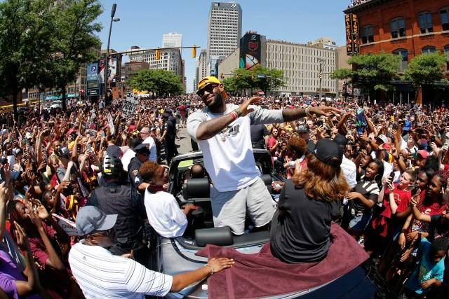 LeBron James, la máxima figura de los Cleveland Cavaliers, encabezó los festejos por el campeonato de la NBA (AP)