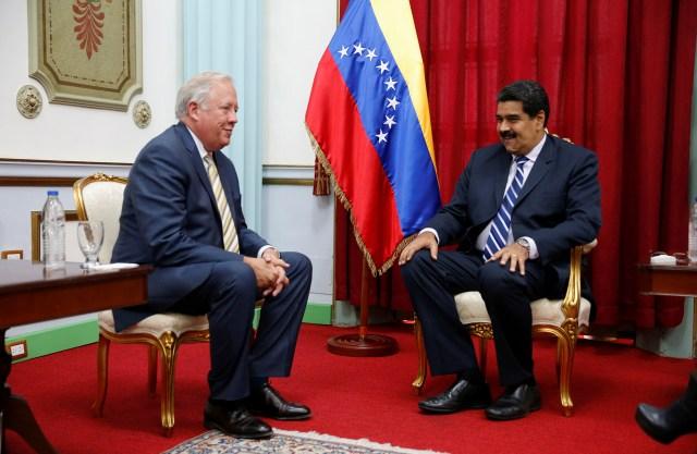 El subsecretario del Departamento de Estado de EEUU, Thomas Shannon, junto al presidente venezolano Nicolás Maduro durante su viaje a Caracas para intentar restablecer la relación bilateral (Reuters)