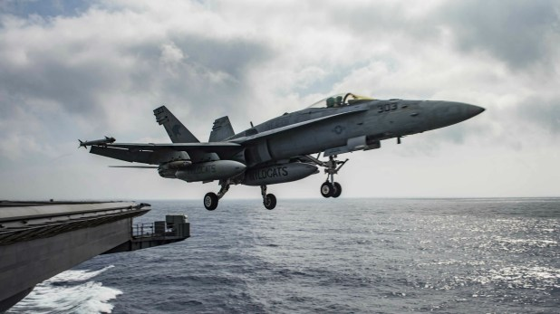 Un F-18 Hornet despegando de un portaaviones (Reuters)