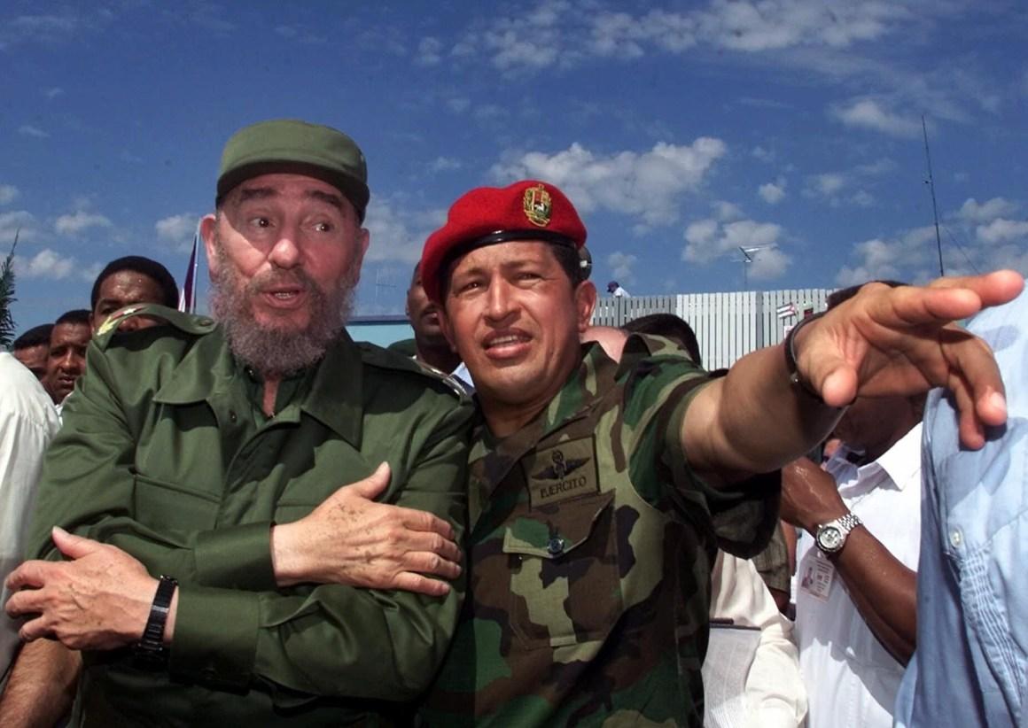 Hugo Chávez junto a Fidel Catro. Octubre, año 2000 (AP)