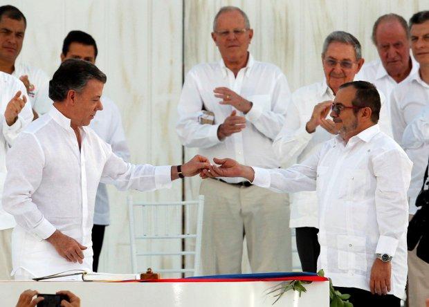 """Juan Manuel Santos y """"Timochenko"""" en la firma del acuerdo de paz (Reuters)"""
