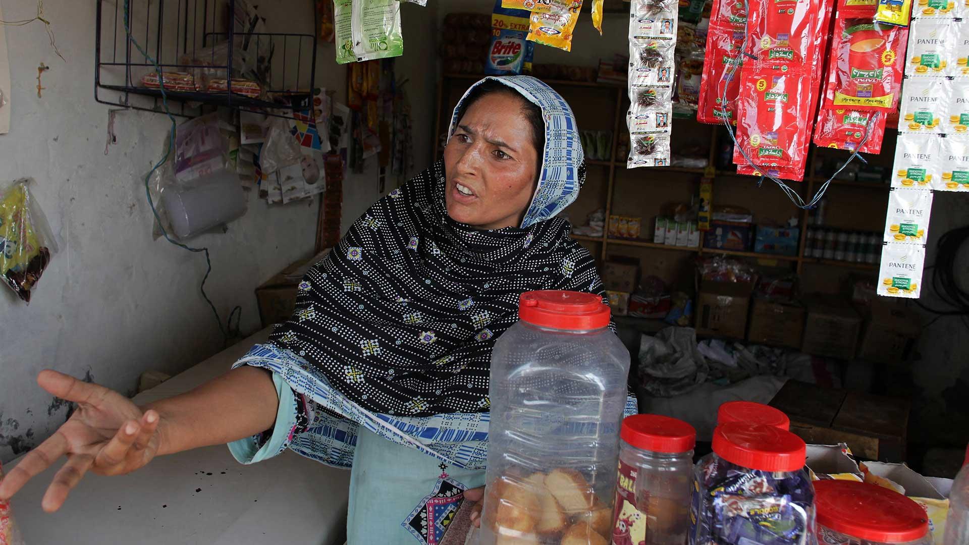 """""""¿Por qué tuvo que morir?"""", se pregunta Fauzia Javed una comerciante vecina de Tasleem que se queja por el doble estandar de la población paquistaní (AP)"""