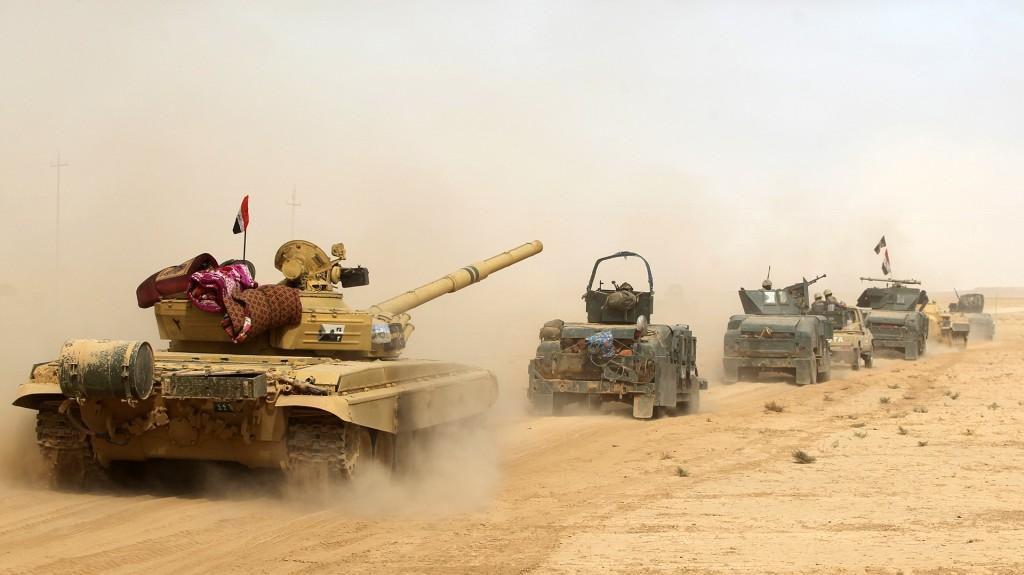 Los tanques iraquíes reciben el apoyo aéreo de la coalición internacional (AFP)